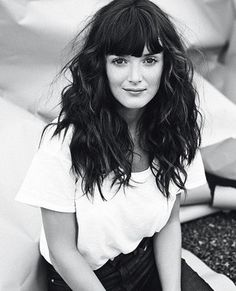 bangs + wavy hair from Charlotte Le bon My Hairstyle, Messy Hairstyles, Pretty Hairstyles, Bride Hairstyles, Bangs Wavy Hair, Curly Hair Styles, Blunt Bangs, Thick Bangs, Charlotte Le Bon
