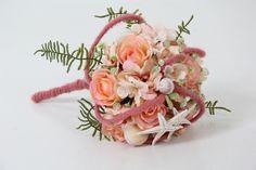 Bruidsboeket gemaakt van zijde bloemen. Na het Feest blijft het boeket mooi www.decoratietakken.nl Floral Wreath, Wreaths, Floral Crown, Door Wreaths, Deco Mesh Wreaths, Floral Arrangements, Garlands, Flower Crowns, Flower Band