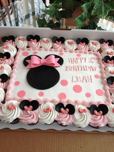 pinner said Minnie Mouse Cake! After not wanting to spend a fortune on a minnie mouse cake, this is what we did. Cake/cupcakes, large bow and icing by SAM's Club, fondant ears and bow decorations by Me! Turned out adorable! Minnie Mouse Party, Minni Mouse Cake, Bolo Da Minnie Mouse, Minnie Mouse 1st Birthday, Minnie Cake, Minnie Mouse Baby Shower, Mickey Party, Minnie Mouse Birthday Decorations, Minnie Mouse Cookies