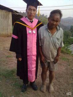 Kansen Een arme boer die samen met zijn afgestudeerde zoon poseert.
