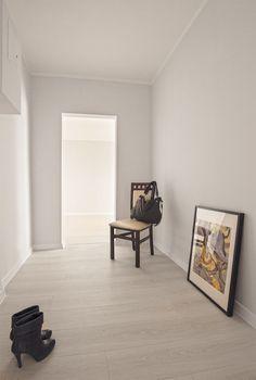 foyer, przedpokój, szpilki, botki, obrazy, home staging, mieszkanie w bloku, aranżacja mieszkania, metamorfoza, mały przedpokój