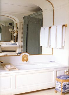 Guest bath in blue & white with gold, at Givenchy's house at Saint Jean Cap Ferrat, in the French Riviera. From the book, THE GIVENCHY STYLE. via markdsikes. Interior Desing, Home Interior, Interior And Exterior, Bad Inspiration, Bathroom Inspiration, Ferrat, Guest Bath, Beautiful Bathrooms, Kitchen And Bath