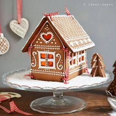 d70e3d2474bf555372869e08e24ca445 Homemade Gingerbread House, Cardboard Gingerbread House, Graham Cracker Gingerbread House, Gingerbread House Patterns, Cool Gingerbread Houses, Gingerbread House Parties, Gingerbread Decorations, Christmas Gingerbread House, Christmas Cookies
