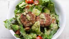 Blitz Falafel auf Salat mit Avocadodressing