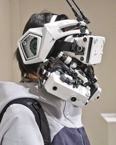 Between cyberpunk, cosplay and DIY, here are the impressive creations of the Japanese Hiroto Ikeuchi, who handcraft futuristic objects and accessories with an… Mode Cyberpunk, Cyberpunk Fashion, Cyberpunk Tattoo, Motion Design, Robot Concept Art, Armor Concept, Robot Art, Sci Fi Armor, Mechanical Design