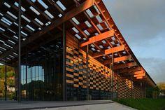 隅研吾建築都市設計事務所による、フランスのブサンソン芸術文化センターは、歴史深いブサンソン市の新しいランドマークとなり、そのウォーターフロントの外観を楽しませてくれる。