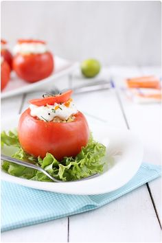 Tomates farcies de salade de riz au surimi