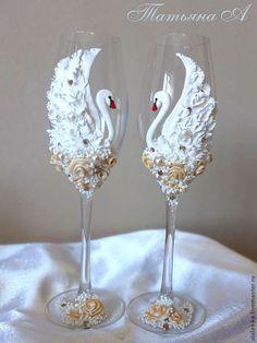 Amor en blancos cisnes, delicado y romántico. Wedding Wine Glasses, Diy Wine Glasses, Decorated Wine Glasses, Wedding Champagne Flutes, Painted Wine Glasses, Champagne Glasses, Wine Glass Crafts, Wine Bottle Crafts, Bottle Art