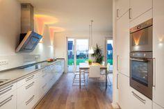 Blick aus der offenen Küche auf den Essbereich und Garten - stkn architekten
