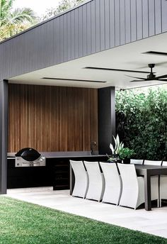 **Outdoor zone** Year-round entertaining was the goal for interior designer Kellie Margetson and - Sport interests Modern Outdoor Kitchen, Outdoor Kitchen Bars, Backyard Kitchen, Outdoor Kitchens, Modern Outdoor Living, Diy Kitchen, Home Kitchens, Kitchen Ideas, Kitchen Cabinets