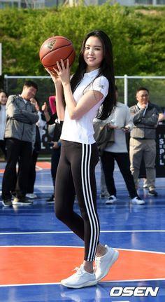 180425 Naeun x Adidas event. Sporty Outfits, Sexy Outfits, Son Na Eun, Apink Naeun, Arab Girls, Skinny Girls, Girls In Leggings, Beautiful Asian Women, Sport Girl