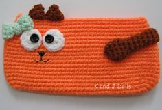 Katzen Tasche - kostenlose Häkelmuster ~ Amigurumi Häkelanleitungen von K and J Dolls . This is not really Amigurumi, but I just fell for this cat purse. Combine with a cat ami in same color or rather two mice, perfect present Chat Crochet, Diy Crochet Bag, Crochet Mignon, Crochet Purses, Crochet Slippers, Crochet Patterns Amigurumi, Crochet For Kids, Free Crochet, Crochet Pencil Case