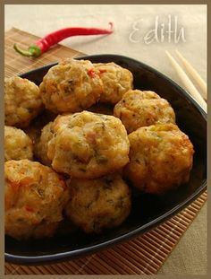 CHIFTELUTE DE PUI LA CUPTOR- Chiftelutele din piept de pui sunt delicioase si au avantajul ca sunt mai usoare. Baby Food Recipes, Cooking Recipes, Baked Chicken Meatballs, Romanian Food, Romanian Recipes, Vegetarian Recipes, Healthy Recipes, Candida Diet, Pinterest Recipes