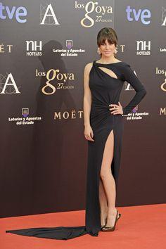 La actriz Blanca Suárez, parte del reparto de Los Amantes Pasajeros, posa en la alfombra roja con un vestido negro con aberturas de Emilio Pucci y zapatos de Louboutin.