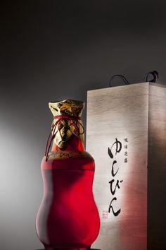 ガラスゆしびん ゆしびんは酒器の名称、通常焼き物であるゆしびんですが2012年に初めて琉球ガラスで作られた。限定本数で作られたため数がとても少ない。色は赤、青、緑の3色が作られました。