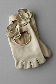 White leather fingerless gloves w flower detail