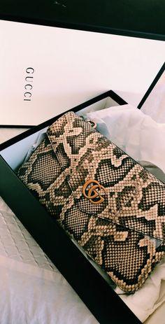 🖤 From Luxe With Love 🖤 - handbags 2020 & prada handtaschen 2020 & sacs à main prada 2020 & bolsos prada 202 Prada Handbags, Purses And Handbags, Clutch Handbags, Handbags Online, Luxury Bags, Luxury Handbags, Louis Vuitton, Accessoires Gucci, Sacs Design