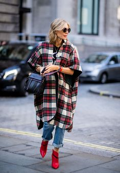 LONDON, ENGLAND - SEPTEMBER A guest wearing red white checked coat is seen outside Erdem during London Fashion Week September 2018 on September 2018 in London, England. (Photo by Christian Vierig/Getty Images) Fall Outfits, Fashion Outfits, Womens Fashion, Fashion Week, Fashion Trends, Looks Cool, Mode Style, White Fashion, Autumn Winter Fashion