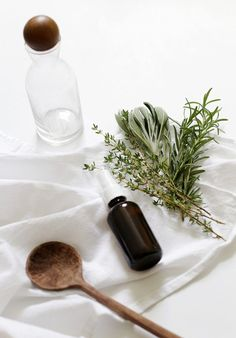 How To Make Herbal Hydrosols Ingredients cups fresh seasonal herbs or flowers (untreated rose or geranium are a great choice) -Ice, enough to fill 4 sandwich-sized baggies. Cosmetic Logo, Cosmetic Shop, Cosmetic Design, Beauty Care, Diy Beauty, Beauty Hacks, Homemade Beauty, Beauty Skin, Face Beauty