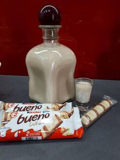 """BUENÓWKA"" Likör von Kinder Bueno White von Kateusia auf www.pl - ""BUENÓWKA"" Likör von Kinder Bueno White von Kateusia am www. Cocktail Drinks, Cocktails, Wilton Tips, Candy S, Schnapps, Irish Cream, Vodka Bottle, Smoothies, Food And Drink"