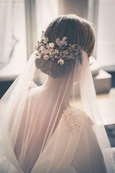 Uno chignon basso per le spose più romantiche con velo.