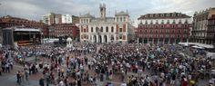 """Ayer fue la manifestación del 15M, y durante la lectura del manifiesto en la plaza mayor de Valladolid, se produjo una imagen curiosa: mientras que la mitad de la plaza estaba ocupada por los manifestantes, la otra mitad estaba siguiendo un concierto de tunas, dándose entre ambas la espalda. Así que este post lo hemos llamado """"Los indignados y la tuna"""", pero lo podríamos haber llamado """"Las Dos Españas"""", """"Qué pais"""", """"España es asín""""….. se os ocurre algún otro? ;)"""