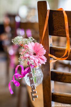 Weddingstyling, de versiering, aankleding tijdens een bruiloft. gerbera, bloem, bloemen, gipskruid, wit, roze, stoel, flowers, flower, vaasje, doorzichtig, trouwlocatie, lint, oranje, thanks, Geesberge, Maarssen, aan stoel bevestigd, water, sfeervol, fleurig, kleurrijk, feestelijk, trouwen, huwelijk, bruidsfotograaf, bruidsfotografie, trouwreportage, bruiloft, decoratie http://www.rikkemienfotografie.nl/