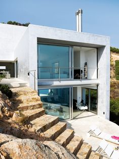 Great modern house set in cliff edge. Clean, minimal and simple.