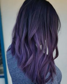 The ombre hair trend has been seducing for some seasons now. More discreet than tie and dye, less classic than sweeping, this new technique of hair. Black Girl Hair Colors, Purple Hair Highlights, Pastel Purple Hair, Hair Color Purple, Purple Wig, Hair Colours, Black To Purple Ombre, Purple Hair Dyes, Subtle Purple Hair