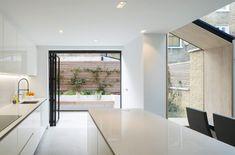 YARD architects a réalisé cette extension contemporaine doublée en chêne sur une maison victorienne à North Kensington. Parallèlement à la nouvelle additio