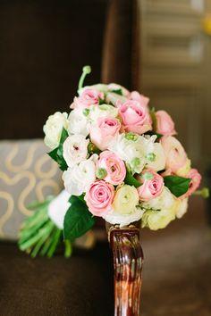 Bukiet ślubny z jaskrów i róż