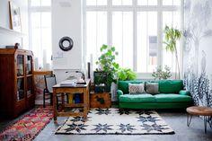 Een kijkje in het Parijse huis van een behangontwerper - Roomed   roomed.nl
