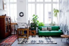 Cécile Figuette's apartment certainly doesn't miss out on beauty! Full of mix color and bohemian style apartment in Paris.