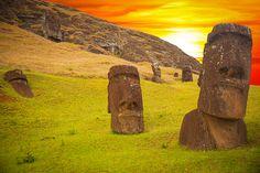 Moais w centrali Tongariki, Easter Island, Chile