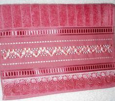 Linda opção para decorar seu banheiro ou presentear <br>Toalha aveludada bordada com fita de cetim trançada <br>Acabamento com guipir tingido na cor da toalha