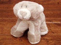 Peluche osito gris/blanco - 25 cm. Simpático Osito de peluche de color gris y blanco de 25 cm. de ancho. Este peluche tan original puede estar estirado (tipo cojín) o ponerse sobre las 4 patas. Es muy suave y agradable al tacto.