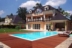 ... und noch einmal der azurblaue Pool. Wie auf dem Foto schön zu sehen ist, hat es der Eigentümer nicht weit bis zum Wasser.