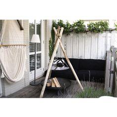 Veranda lounge met een mooie bbq van boomstam en vuurschaal 80 cm.