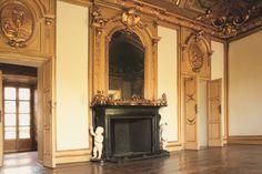 -- Via Cusani 5, Milano: Palazzo Cagnola --  Il camino con putti e stucchi dorati di uno dei saloni di Palazzo Cagnola