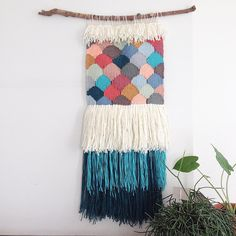 Chop off the two bottom layers of fringe and I like it😎 Weaving Textiles, Weaving Art, Tapestry Weaving, Loom Weaving, Hand Weaving, Design Textile, Textile Art, Weaving Wall Hanging, Wall Hangings