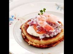 Perinteiset blinit // Blinis with red onion and roe Food Sinikka Sokka Photo Timo Villanen Maku www. Waffles, Pancakes, Lunches And Dinners, Seafood Recipes, Great Recipes, Food And Drink, Easy Meals, Appetizers, Vegetarian