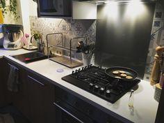 Cuisine refaite entièrement. Meubles : Ikea  Crédence : Leroy Merlin / rénovation d'un appartement des années 60 à Courbevoie