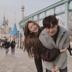 credits: uploaded by ʀᴏᴄᴋs✞ᴀʀ on We Heart It Cute Couple Pictures, Best Friend Pictures, Ulzzang Couple, Ulzzang Girl, Korean Couple Photoshoot, Korean Best Friends, Couple Aesthetic, Cute Relationship Goals, Cute Friends
