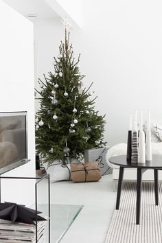 29 Wonderful Minimalist Christmas Tree Ideas For Living Room Decor. If you are looking for Minimalist Christmas Tree Ideas For Living Room Decor, You come to the right place. Black Christmas Decorations, Scandinavian Christmas Decorations, Diy Christmas Tree, Christmas Tables, Tree Decorations, Christmas Holidays, Diy Xmas, Christmas Ideas, Christmas Wreaths