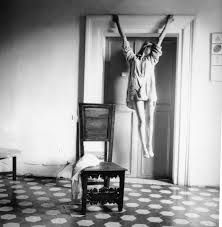 Francesca Woodman in a self portrait. Untitled (Rome)When she took her life by jumping out a Manhattan loft window in 1981 at just photographer Francesca Woodman left behind a prodigious body of work. Francesca Woodman, Diane Arbus, Peterborough, Henri Cartier Bresson, Veronica Gonzalez, The Woodman, Kreative Portraits, Tracey Emin, Louise Bourgeois