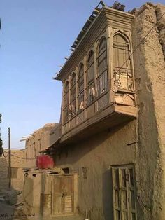 Although the houses of the old Badra - greenhouses old - was based milk ( clay ) , but that did not prevent the sophistication of - Hnachel 's house was located in the entrance area of ​​the castle on the one hand Agaytaza markets . Baghdad