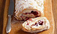 Biskuitrolle mit Cranberrymarmelade und Sahne