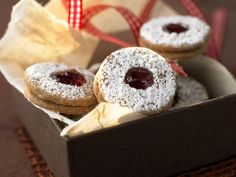 Marmeladen-Plätzchen - smarter - Kalorien: 108 Kcal - Zeit: 30 Min. | eatsmarter.de  Diese Plätzchen mit Marmelade lassen Kindheitserinnerungen wach werden.