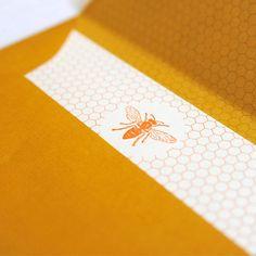 Cartes illustrées d'un motif nid d'abeilles et enveloppes s'assortissent pour créer un ensemble de correspondance, fabriqué artisanalement . La ruche, emblème de la Troupe de la Comédie-Française, illustre l'ensemble.