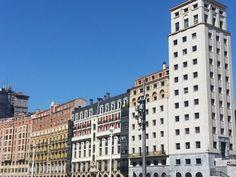 """Nuestra escuela se encuentra en la ciudad de Bilbao. La más grande del País Vasco. Sin embargo, hay pequeños secretos que poca gente sabe. Nuestro edificio está ubicada en la calle Bailén y somos el de color amarillo.  Nos honra mucho estar cerca del primer rascacielos de la urbe. Para el año 1946, sus imponentes 40 metros de altura y aspecto """"racional"""" sin tantos retoques en la fachada, suponían un avance para la ciudad. cada día los estudiantes al pasar lo disfrutan."""